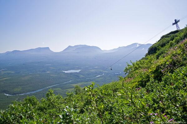 Bergbestigning och tält med utsikt